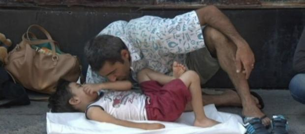 Ein Vater küsst seinen Sohn am Hbf. von München