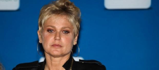 Xuxa no Teleton cria saia justa no SBT