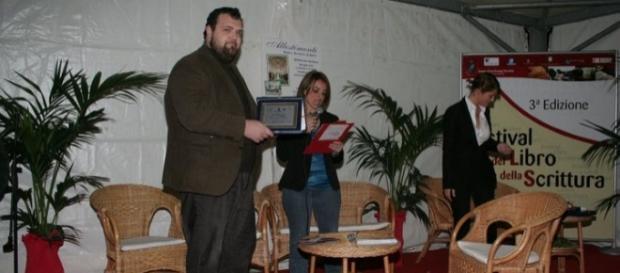 Il giornalista Simone Di Meo, ritira un premio