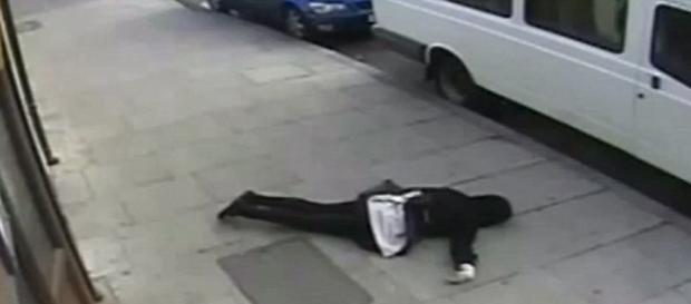 Menina foi atacada e ficou caída na rua