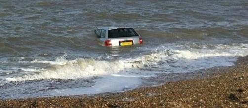 Audi A6 tragado por el mar en Inglaterra