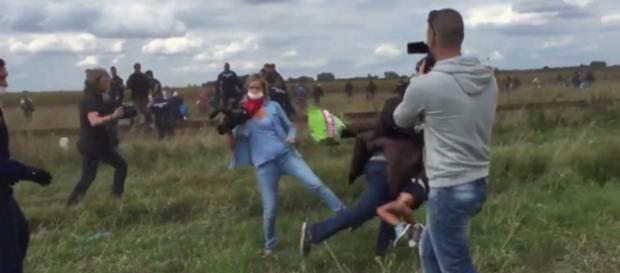 Petra L. stellt einem Flüchtling mit Kind ein Bein