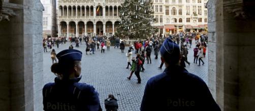 Policías vigilando la plaza donde se celebraría