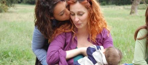 Una coppia di donne insieme al loro bambino