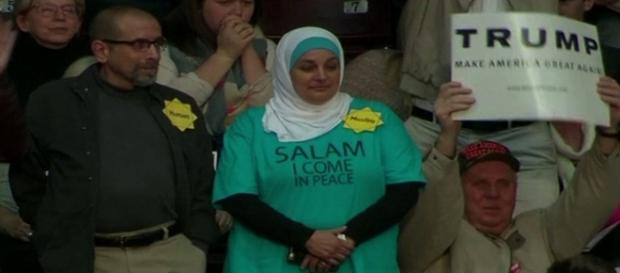 Muçulmana foi expulsa de comício nos EUA.