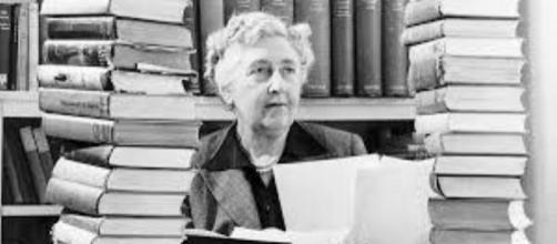 Immagine di Agatha Christie in mezzo ai libri.