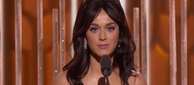Katy Perry entrega premio musical NBC
