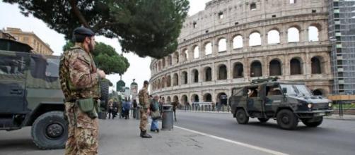 Soldati che vegliano il Colosseo