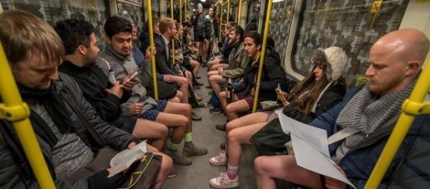 Adeptos agem com naturalidade sem calças no metrô