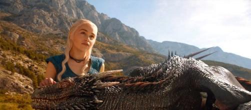 Daenerys Targaryen junto a uno de sus dragones