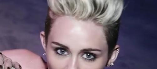 Taglio capelli corti: pixie con rasature per Miley