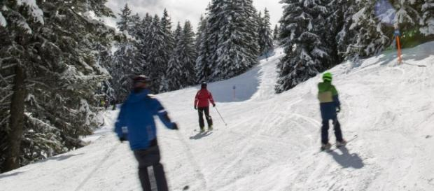 Esquiadores bajando por una pista de esquí