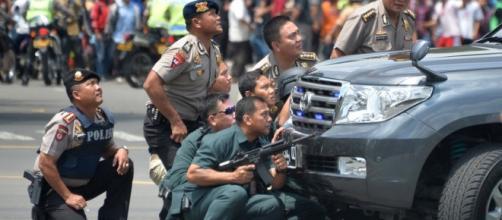 Policía Indonesa tras las explosiones