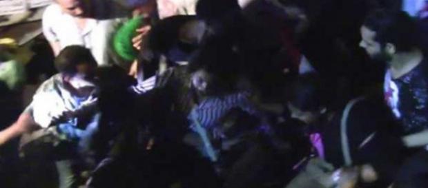 Fermo immagine di una molestia sessuale di gruppo