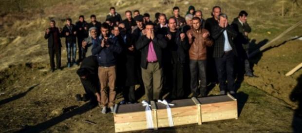 Em Cizre, Turquia, funeral de um rebelde curdo