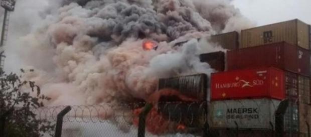 Nuvem de fumaça tóxica provocada por incêndio