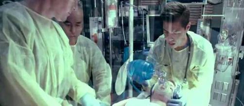 Felicity Smoak in sala operatoria