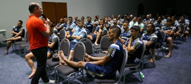 Reunião feita pelo diretor de futebol Cícero Souza