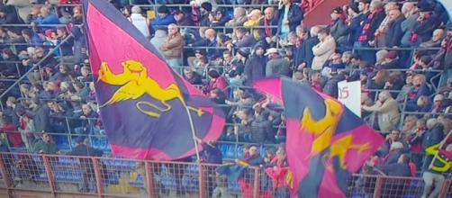 Bandiere del Genoa sventolano al Ferraris