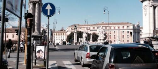 Un immagine che mostra una strada di Roma