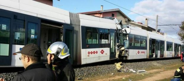 I rottami dei due treni nell'incidente di Cagliari