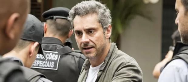 Romero é preso diante de todos pelo próprio filho