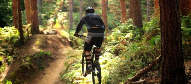 Fotografía de una persona practicando ciclismo.