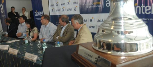Organizadores da Copa Antel em reunião