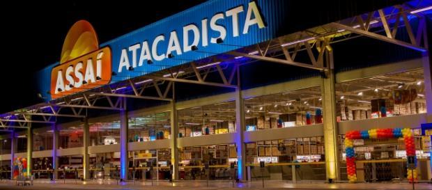 Fachada Assaí Atacadista período noturno