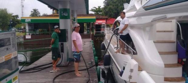 Filho de Lula abastecendo lancha de R$ 20 milhões