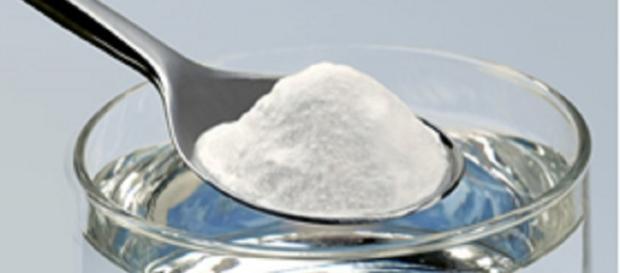 Solução de água morna com sal.