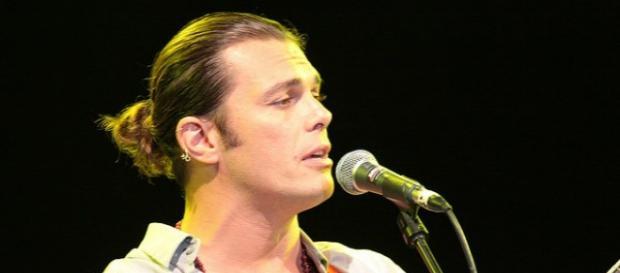 Gianluca Grignani durante un concerto.