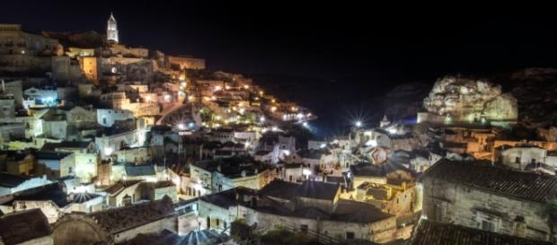 La splendida città di Matera di notte.