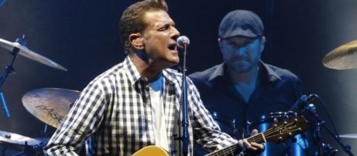 Glenn Frey tocando en un concierto.