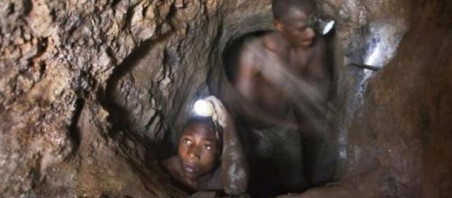 Un niño trabajando en una mina de Cobalto