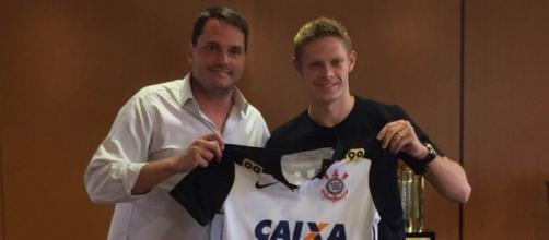 Marlone recebe camisa do Corinthians (Divulgação)