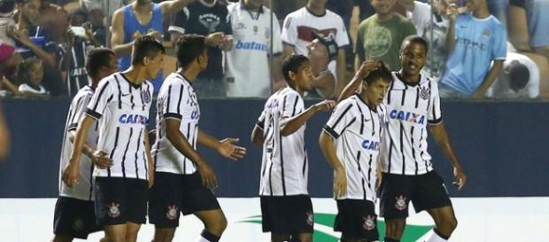 Corinthians goleia e está nas semifinais