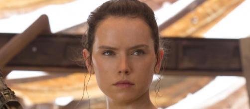 Daisy Ridley interpreta a Rey.