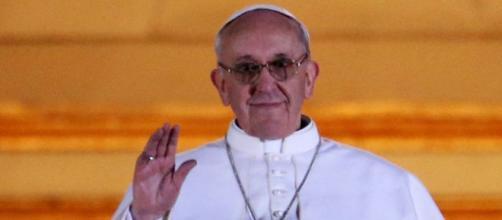 Papa Francesco ammonisce la platea.