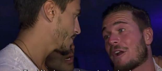 La policía saca de El Refugio a Tony y Marco