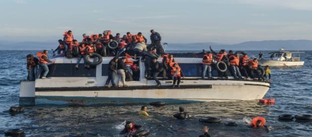 Migranti in difficoltà a largo delle coste greche.