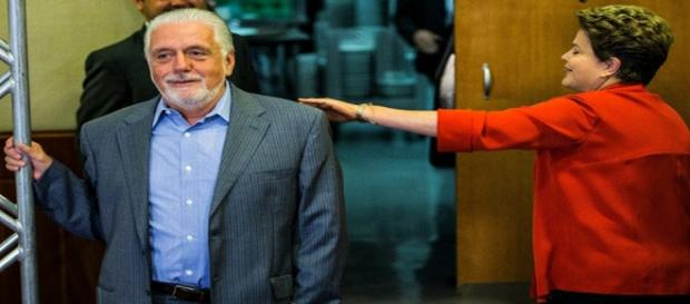 Dilma brinca com o ministro Wagner