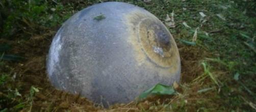 Esferas de metal caem sobre o Vietnã