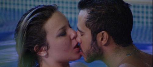 Primeiro casal do BBB se beija na piscina