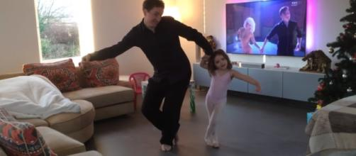Lio H. bailando junto a Inès en su salón
