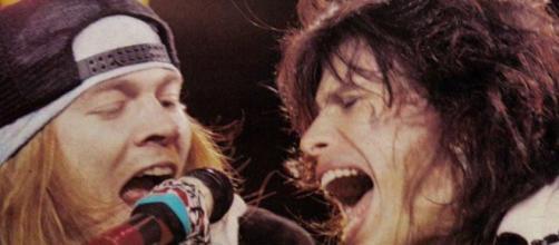 Steve Tyler y Axl Rose actuando juntos en los 90.