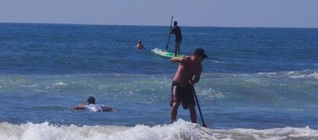 Surfistas em Santa Catarina em dia de sol