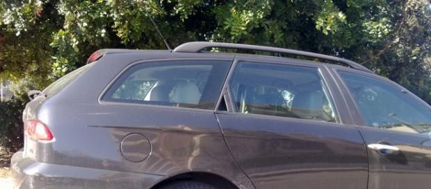 foto che ritrae auto graffiata