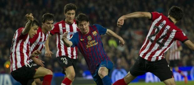 Messi rodeado por vários jogadores do A. Bilbau
