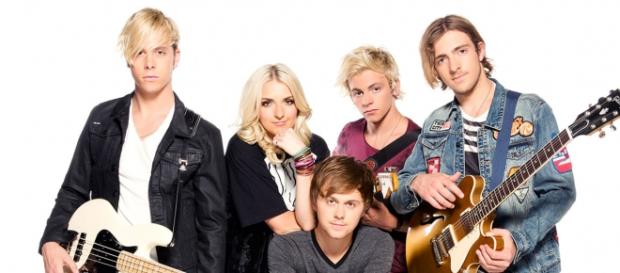 The five members of the band R5.